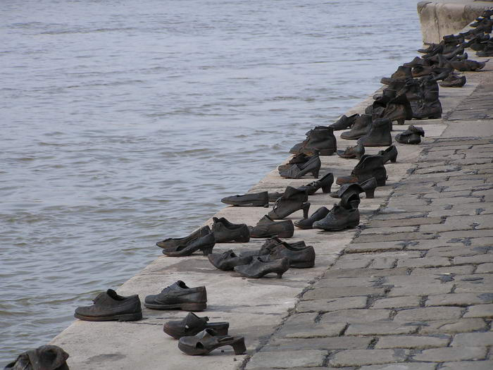 Shoes-on-the-Danube_004